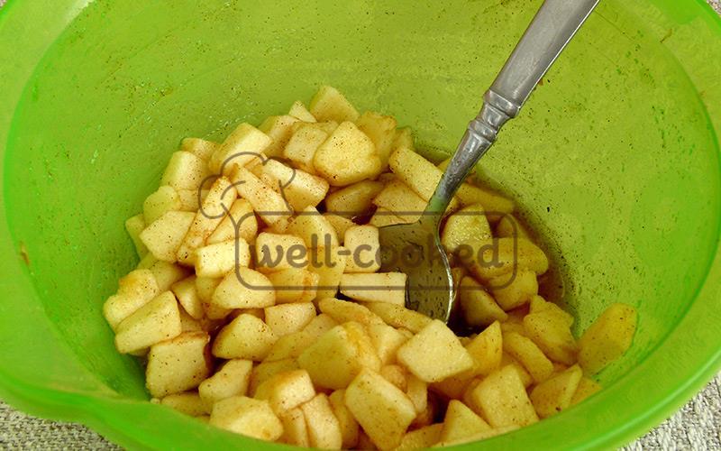 настаиваем яблоки с лимонным соком и специями