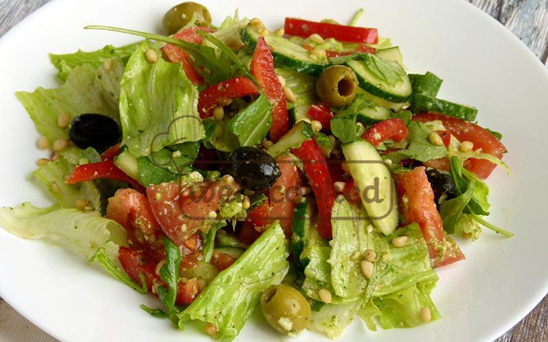 Салат с соусом песто