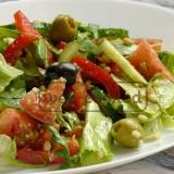 Ovoshhnoj-salat-s-olivkami-i-sousom-pesto8