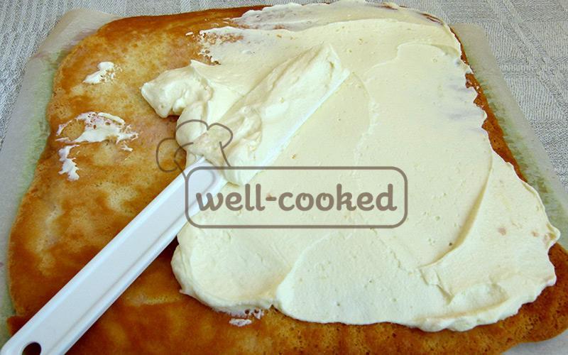 смазываем кремом бисквит
