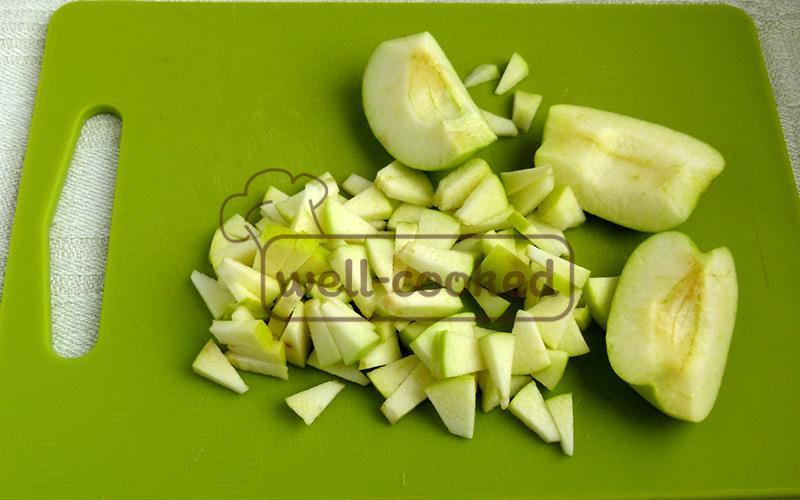 мелко нарезаем очищенные яблоки
