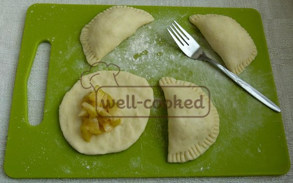 Готовое тесто скатываем в колбаску, а затем режем её на небольшие кусочки.