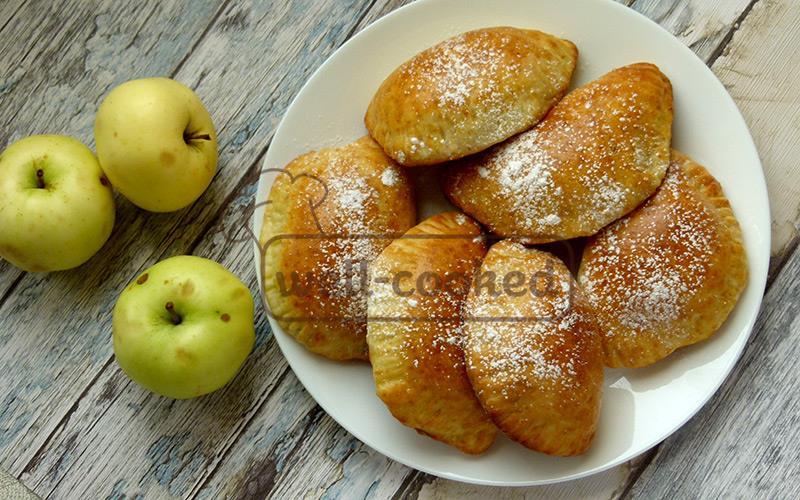 готовые домашние пирожки с яблоками