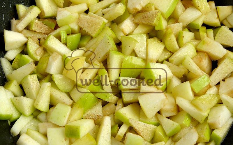 кладем яблоки в сковороду, добавляем сливочное масло, сахар, корицу и ваниль