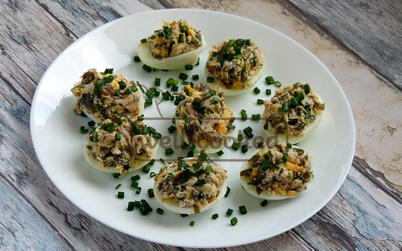 фаршированные яйца со скумбрией и морской капустой готовы