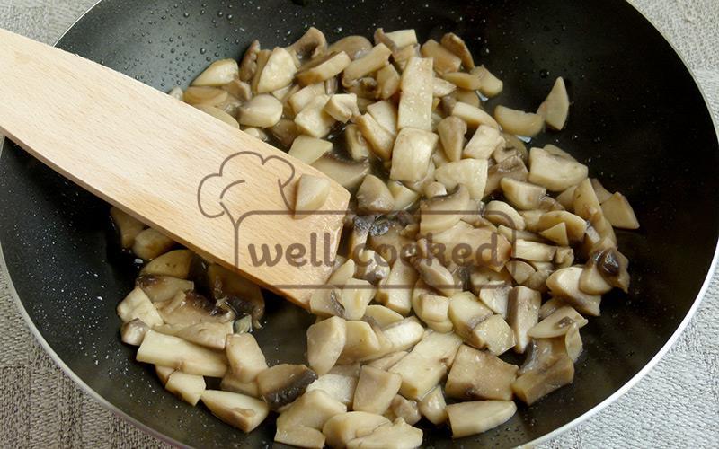 обжариваем грибы на сковороде