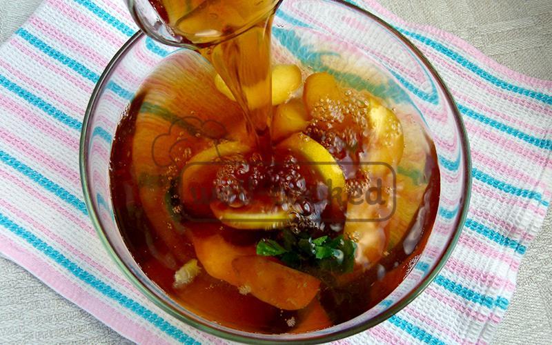 добавляем лимон и чай в миску