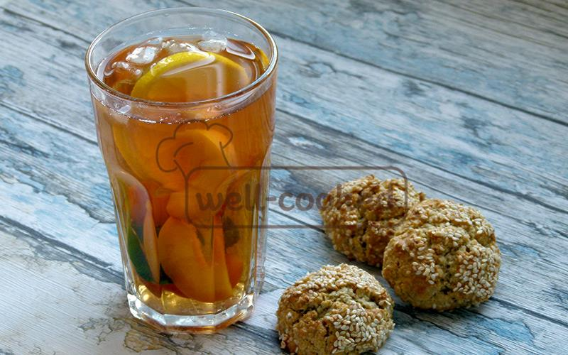 холодный чай с персиками и мятой готов