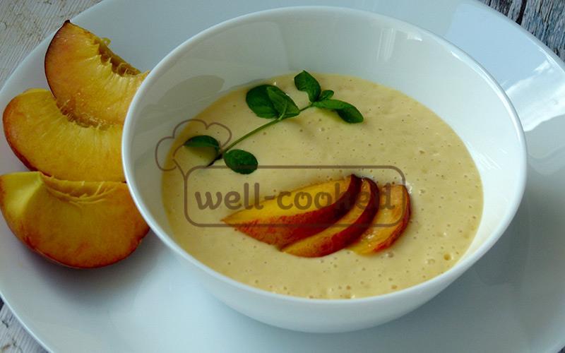 подаем холодный суп из персиков с мятой и фруктами