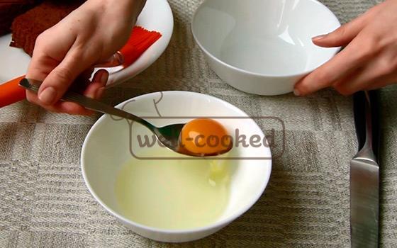 отделяем желток от белка при помощи ложки