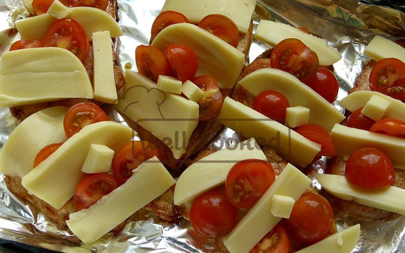 Кладем сыр и помидоры на куриное филе
