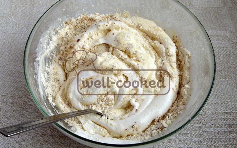 добавляем в белки молотый миндаль