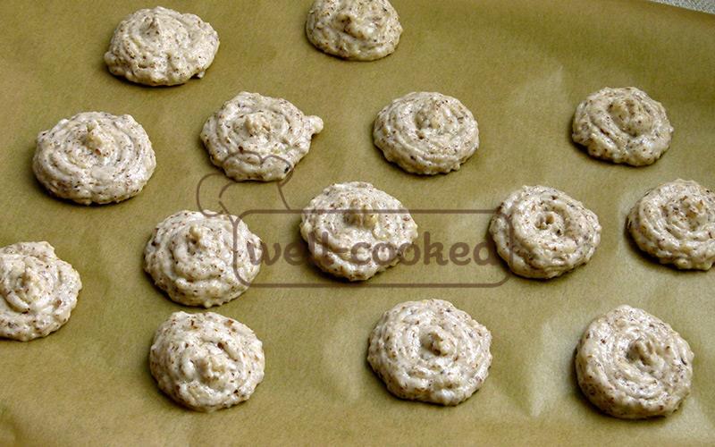 отсаживаем печенья на бумагу для выпечки