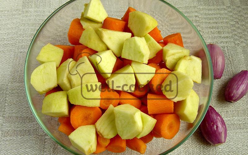 крупно нарезанные морковь и яблоко