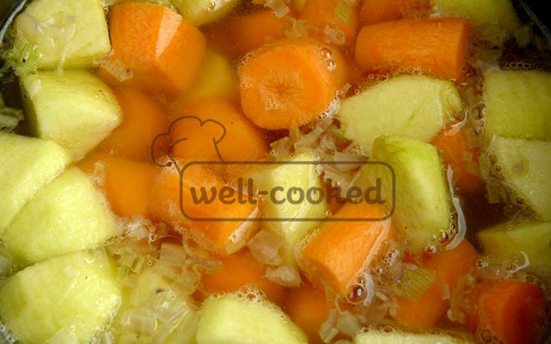добавляем морковь и яблоки