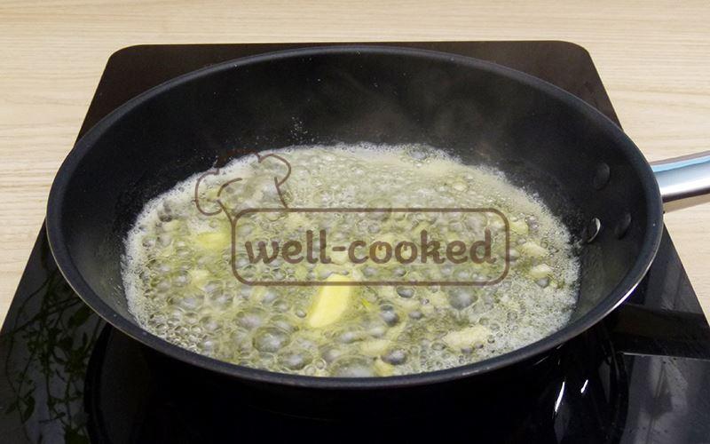 Обжариваем чеснок на сливочном масле