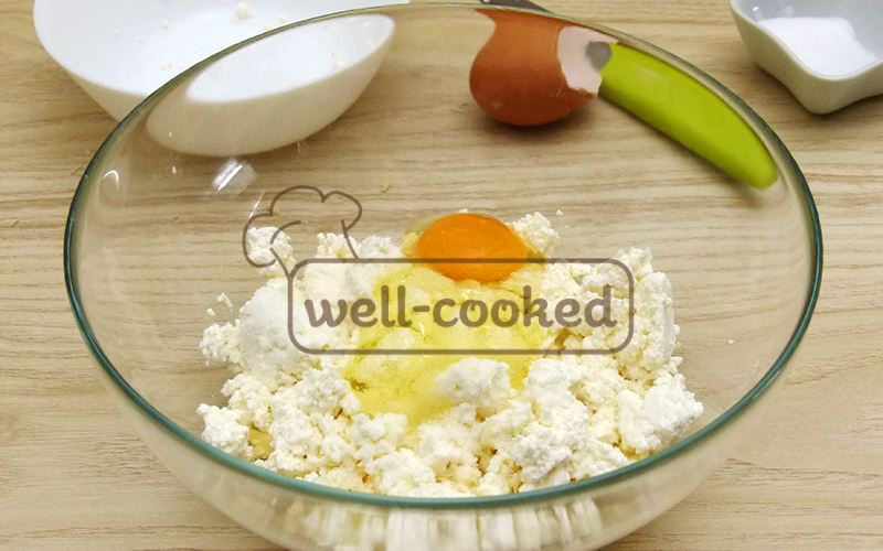 Добавляем в миску творог, яйцо, соль