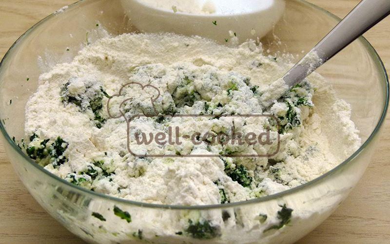 Замешиваем тесто, постепенно добавляя муку