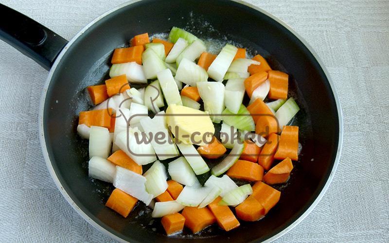 первыми обжариваем овощи