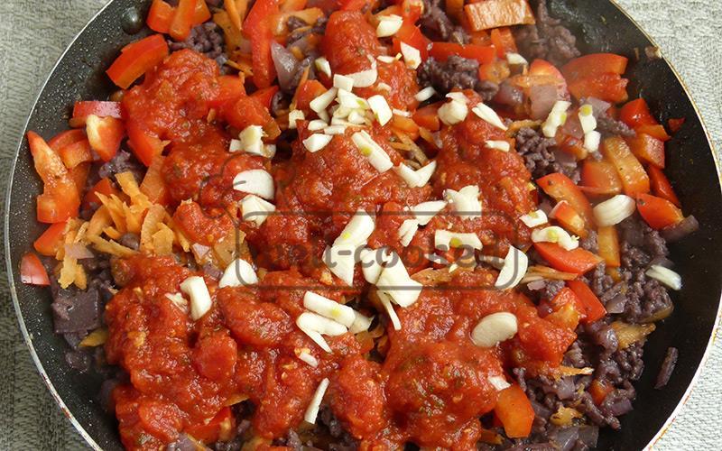 добавляем овощи и томатную пасту