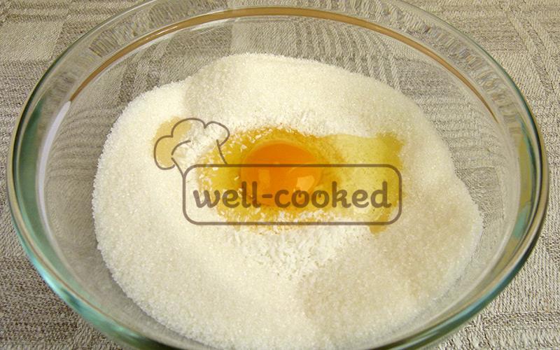 выкладываем кокосовую стружку, сахар и яйцо