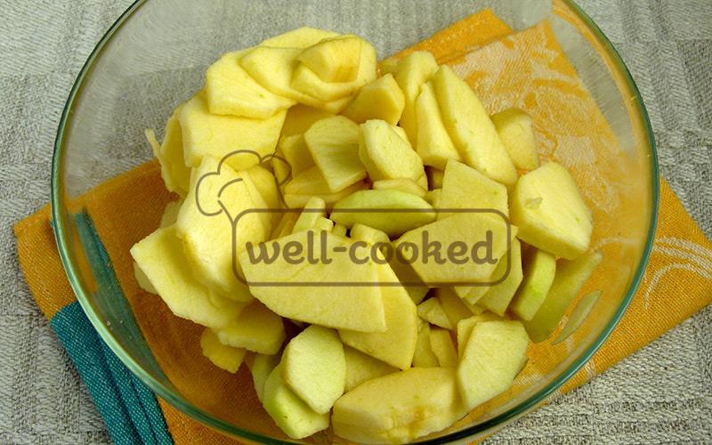 яблоки чистим и нарезаем