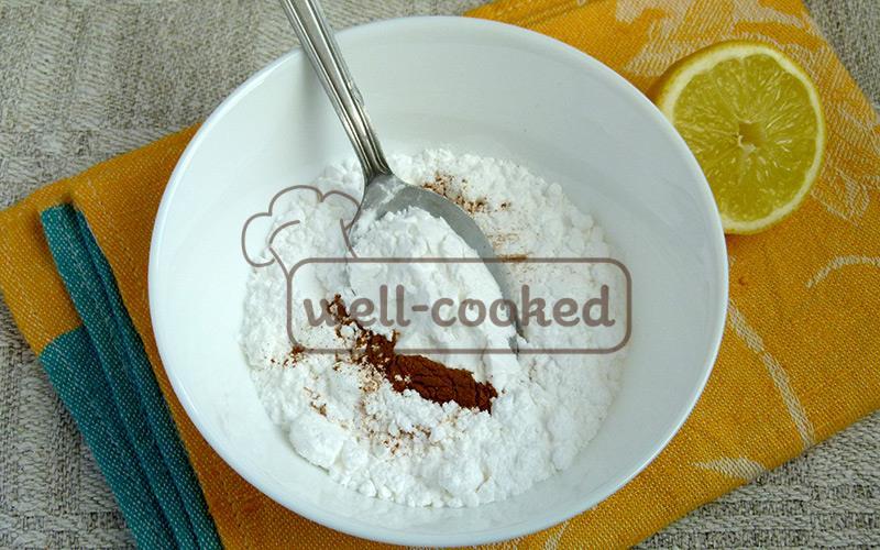 в отдельной посуде перемешиваем пудру с крахмалом и корицей
