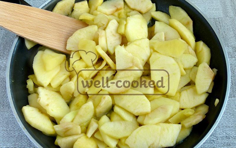 готовим яблоки под крышкой 5-8 минут