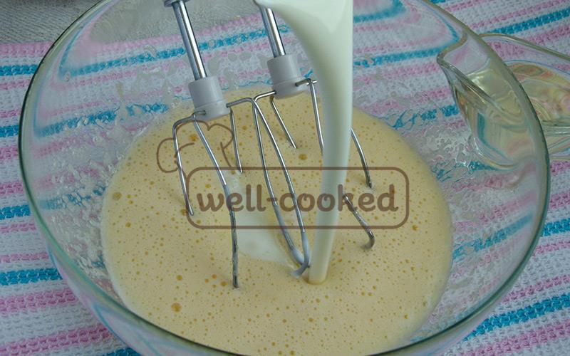 добавляем кефир и растительное масло