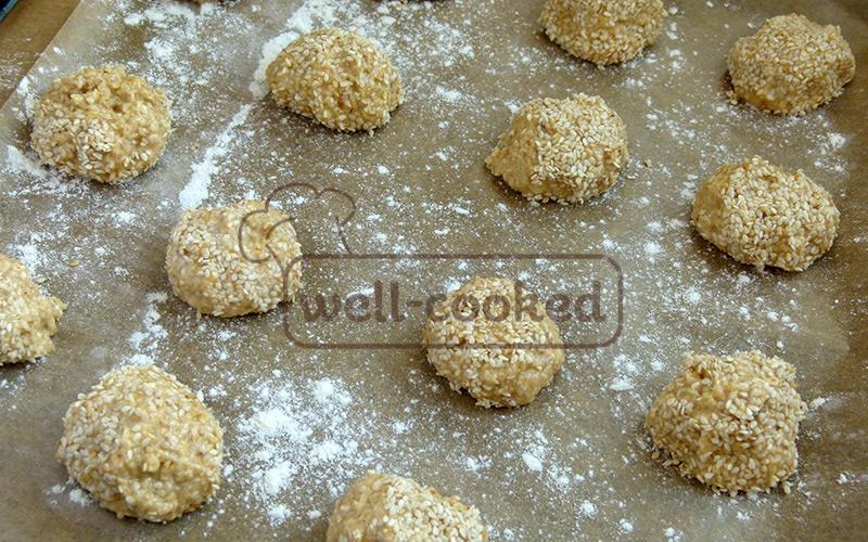 лепим печенье, обваливаем его в кунжуте и выкладываем на противень