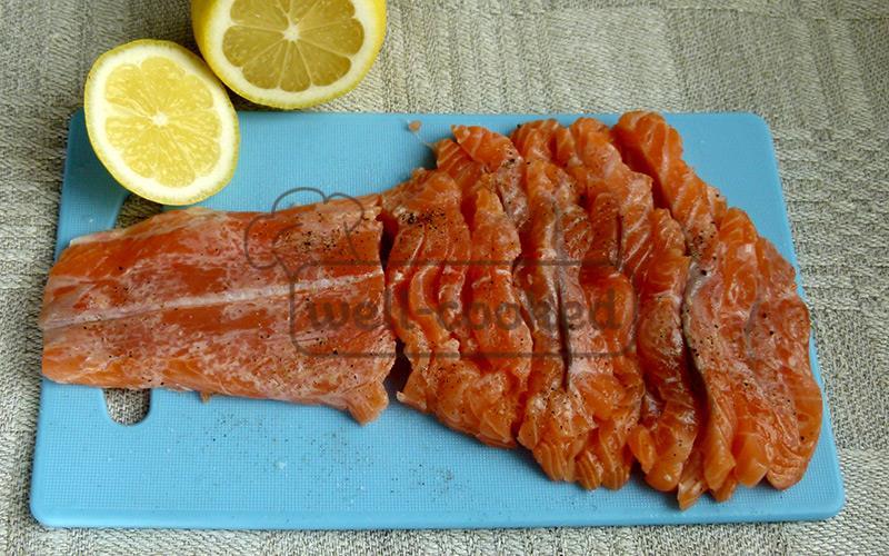 нарезаем и поливаем лимонным соком лосось