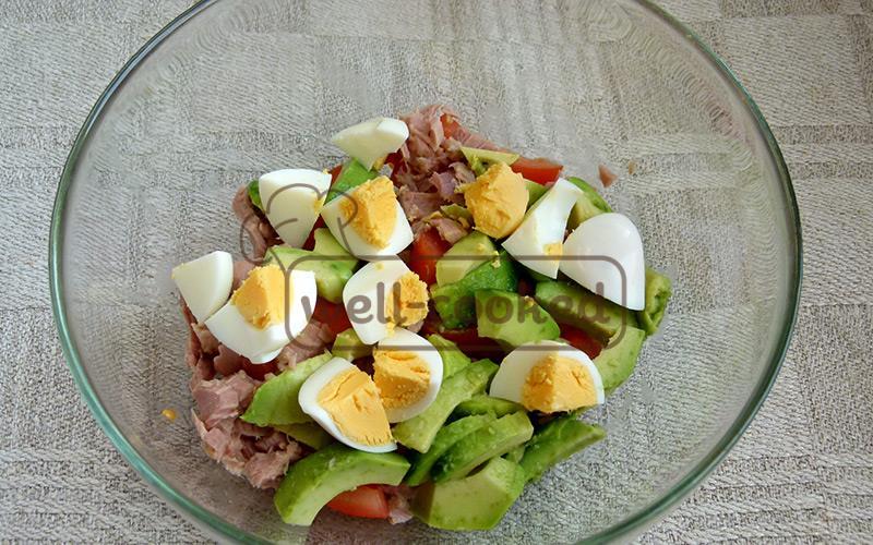 добавляем отварные яйца