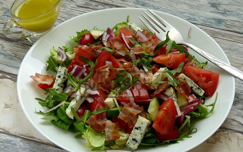 готовый овощной салат с беконом подаем к столу