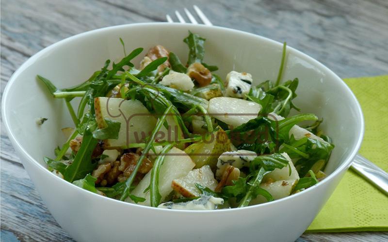 подаем салат с грушей, голубым сыром и орехами