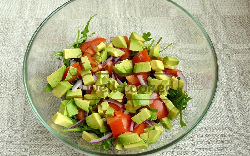 нарезаем и добавляем авокадо