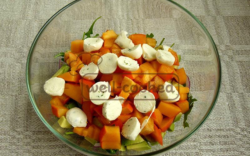 добавляем сыр в салат