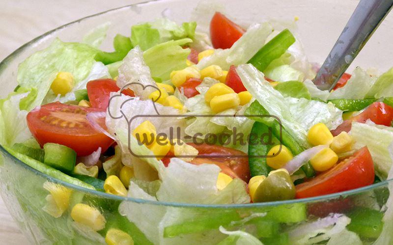 Легкий салат с консервированной кукурузой