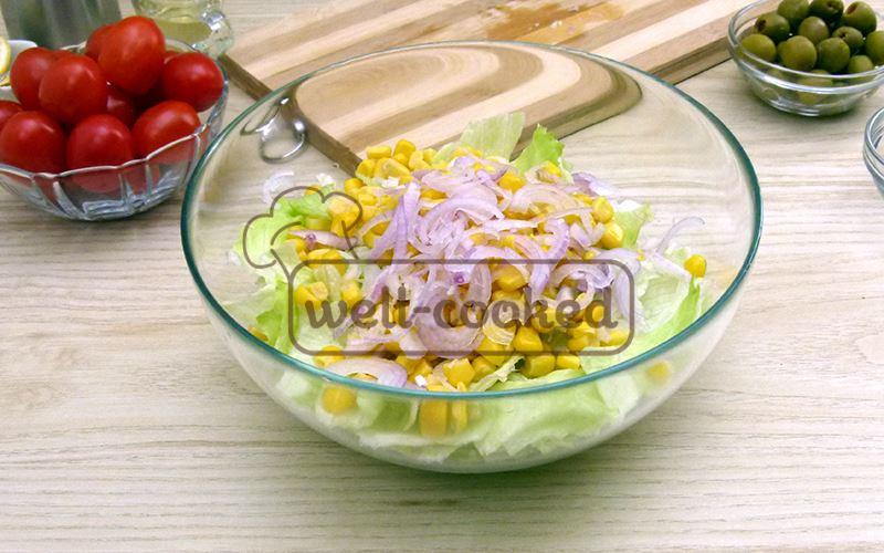 Добавляем лук и консервированную кукурузу