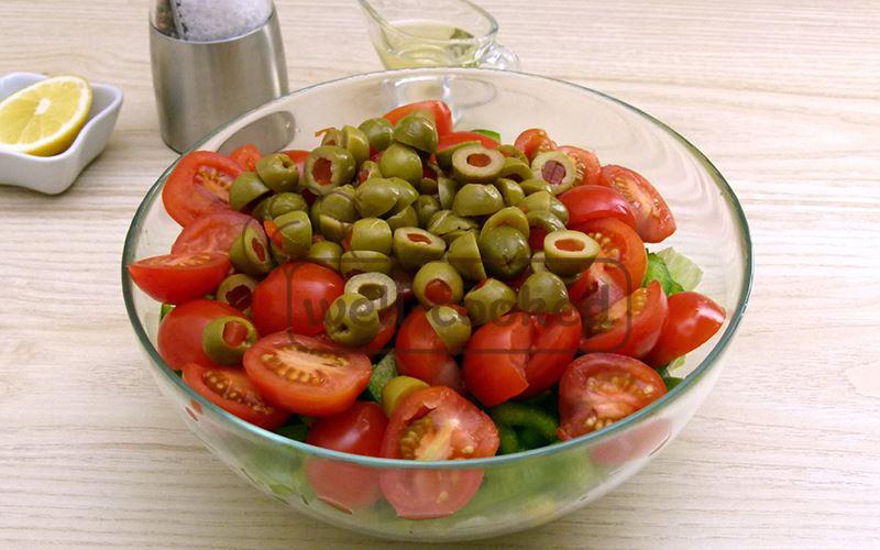 Добавляем зеленые оливки