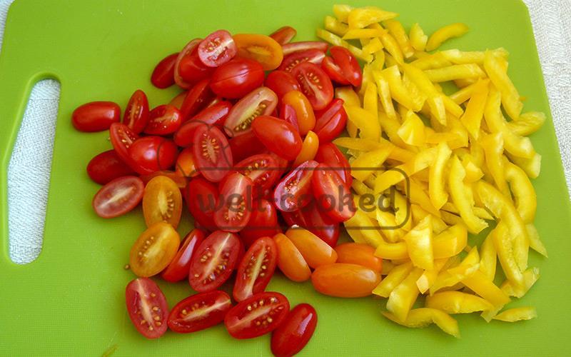 нарезаем помидоры черри и перец