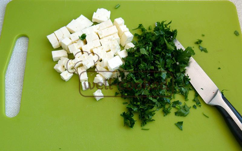 сыр фета режем кубиком, петрушку мелко рубим