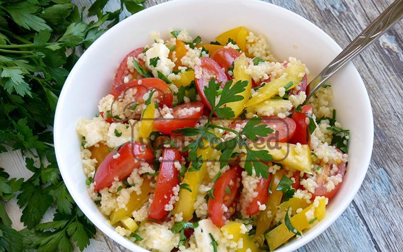 салат с кускусом и свежими овощами готов