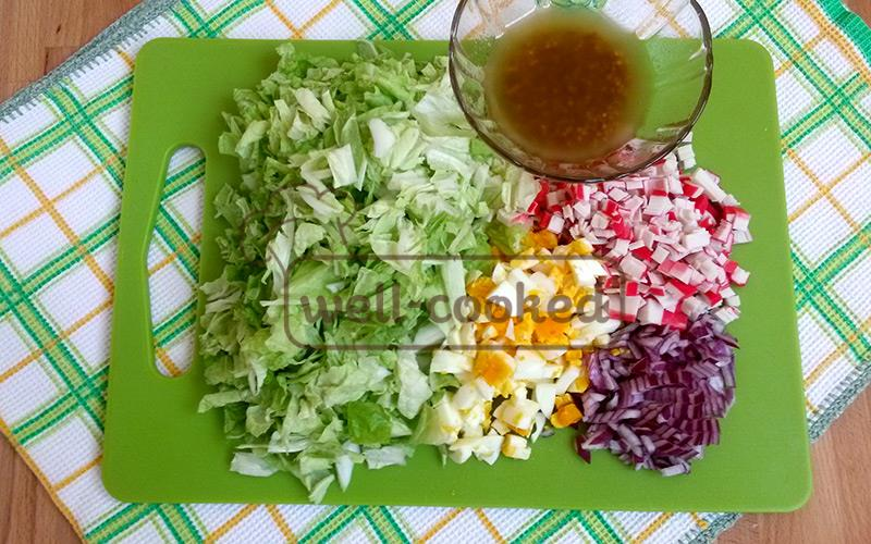 нарезаем капусту, яйцо, лук, крабовые палочки