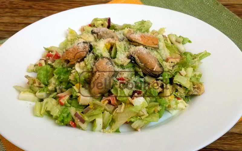 салат с мидиями готов