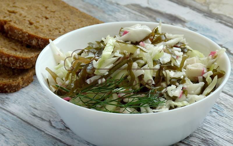 салат из морской и белокочанной капусты готов