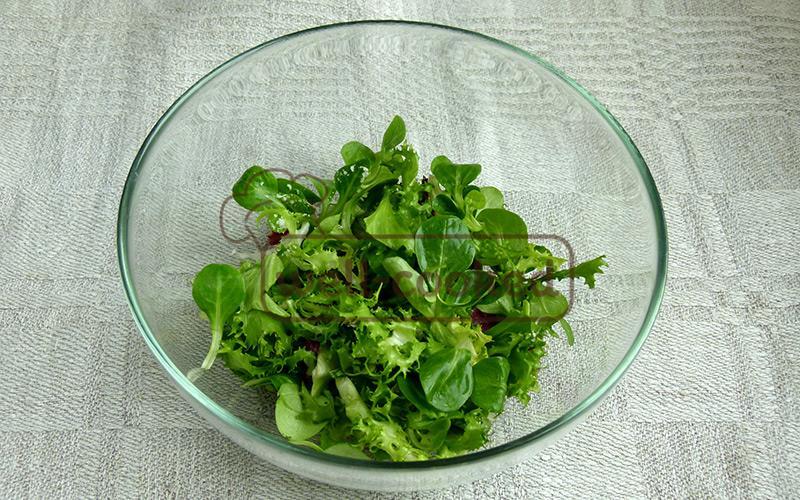 выкладываем смесь салатов