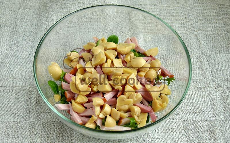 кладем в салат нарезанные шампиньоны