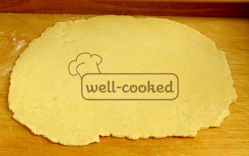 раскатываем тесто при помощи скалки