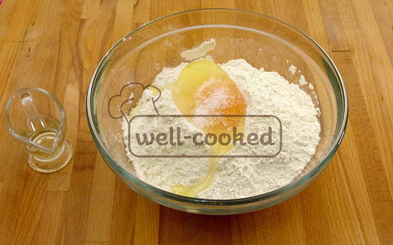 Смешиваем муку, яйцо, соль и растительное масло