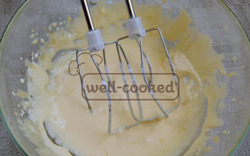 взбиваем желтки с сахарной пудрой